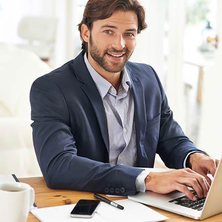 Mobilversichert Makler am Laptop